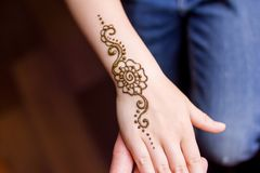 mano de la pequeña muchacha que es adornada con el tatuaje del mehendi de la alheña Primer, visión de arriba - concepto de la bel fotos de archivo libres de regalías
