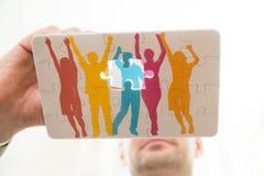 Mano de la persona con rompecabezas Imagen de archivo libre de regalías