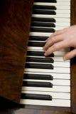 Mano de la persona que juega el piano Fotos de archivo