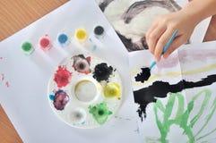 Mano de la pintura del niño con el cepillo y el color Imágenes de archivo libres de regalías