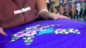 Mano de la pintura femenina en el paraguas hecho a mano almacen de video