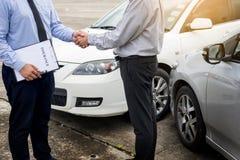 Mano de la sacudida del cliente con los agentes de seguro auto después de estar de acuerdo imágenes de archivo libres de regalías