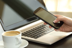 Mano de la señora que manda un SMS en un teléfono elegante Foto de archivo libre de regalías