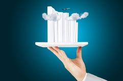 Mano de la tableta del control del hombre de negocios con la pila de libro blanco de la cubierta Foto de archivo