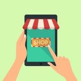 Mano de la tableta y de señalar del control de la mujer o prensa a la tienda en línea imágenes de archivo libres de regalías