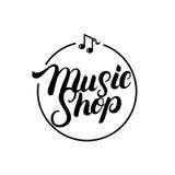 Mano de la tienda de la música escrita poniendo letras al logotipo, etiqueta, insignia, emblema stock de ilustración