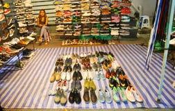 Mano de la tienda segunda de la lona en el mercado de la noche Fotografía de archivo libre de regalías