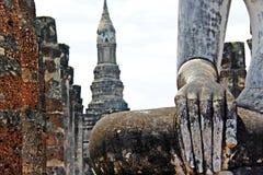Mano de la vieja imagen de Buda y fondo del templo en Sukhothai Tailandia Foto de archivo