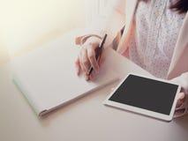 Mano de la visión superior del negocio woman30s a la tableta y al reco del control 40s Fotografía de archivo libre de regalías