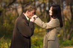 Mano de las muchachas del hombre que se besa romántico joven Foto de archivo libre de regalías