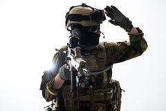 Mano de levantamiento del soldado serio para arriba Fotografía de archivo libre de regalías