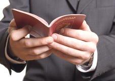 Mano de los hombres que muestra el pasaporte Imágenes de archivo libres de regalías