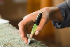Mano de los trabajadores de la artesanía del primer usando la herramienta del PDA para el vidrio que adorna y que corta Imágenes de archivo libres de regalías