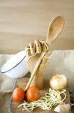 Mano de madera que sostiene la cuchara Imagen de archivo libre de regalías