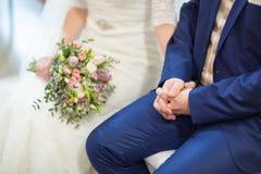 mano de novia y del novio a mano Fotos de archivo