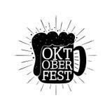 Mano de Oktoberfest escrita poniendo letras al fondo Fotografía de archivo