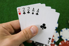 Mano de póker con las tarjetas que juegan Fotografía de archivo