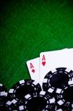 Mano de póker con las virutas, as del bolsillo Fotografía de archivo libre de regalías