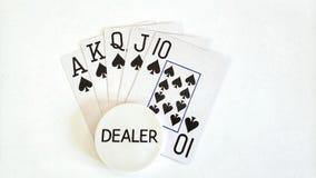 Mano de póker de la escalera real y botón del distribuidor autorizado fotografía de archivo