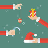 Mano de Papá Noel que lleva a cabo objetos de la Navidad Fotos de archivo libres de regalías