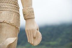 Mano de protección de la diosa con la rueda de engranaje Fotografía de archivo libre de regalías