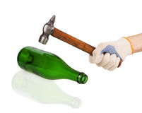 Mano de trabajo en el guante que sostiene un martillo Fotografía de archivo libre de regalías