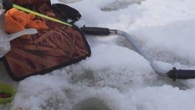 Mano de un pescador con una pequeña barra Pesca del invierno almacen de video