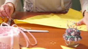 Mano de una costurera joven que cose una adaptación del paño según la tradición de sastres Las aplicaciones de la modista perfect almacen de video