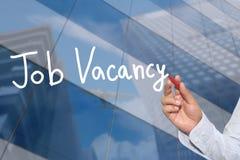 Mano de una mano del hombre de negocios dibujada una palabra de Job Vacancy imágenes de archivo libres de regalías