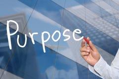Mano de una mano del hombre de negocios dibujada una palabra del propósito Foto de archivo
