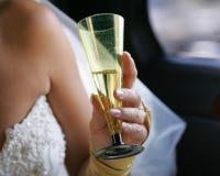 Mano de una novia con un vidrio Imágenes de archivo libres de regalías