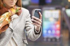Mano de Womans con el teléfono celular Imágenes de archivo libres de regalías
