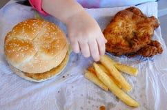 Mano degli alimenti a rapida preparazione pronti da mangiare della bambina Fotografie Stock