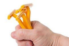 Mano degli uomini con i rasoi eliminabili per radersi Fotografie Stock