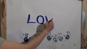 Mano dei bambini nella vernice video d archivio
