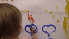 Mano dei bambini nella vernice archivi video
