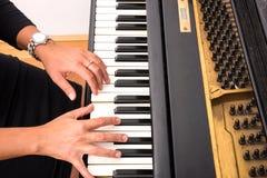 Mano dei giocatori di piano Fotografia Stock