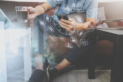 mano dei pantaloni a vita bassa facendo uso dello Smart Phone, tastiera digitale di aggancio della compressa, c Immagini Stock Libere da Diritti