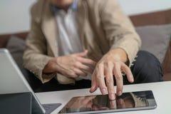 mano dei pantaloni a vita bassa facendo uso dello Smart Phone, tastiera digitale di aggancio della compressa, c Immagine Stock