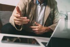 mano dei pantaloni a vita bassa facendo uso dello Smart Phone, tastiera digitale di aggancio della compressa, c Fotografie Stock