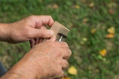 Mano del amo La fabricación de peines de la madera Foto de archivo libre de regalías