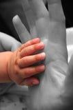 Mano del bambino - alto granulo fotografia stock