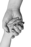 Mano del bambino in braccio della madre fotografia stock libera da diritti