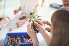 Mano del bambino che crea giocattolo dal costruttore Fotografia Stock