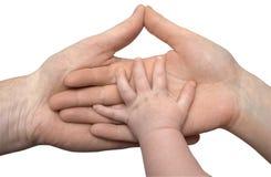 Mano del bambino che giudica le mani dei genitori isolate fotografia stock