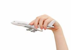 Mano del bambino che tiene aeroplano di modello. immagini stock