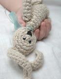 Mano del bambino con coniglio lavorato a maglia Fotografia Stock Libera da Diritti
