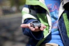 Mano del bambino con l'automobile Fotografie Stock Libere da Diritti