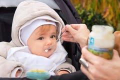 Mano del bambino d'alimentazione della madre Immagini Stock Libere da Diritti