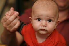 mano del bambino della holding del papà Immagini Stock